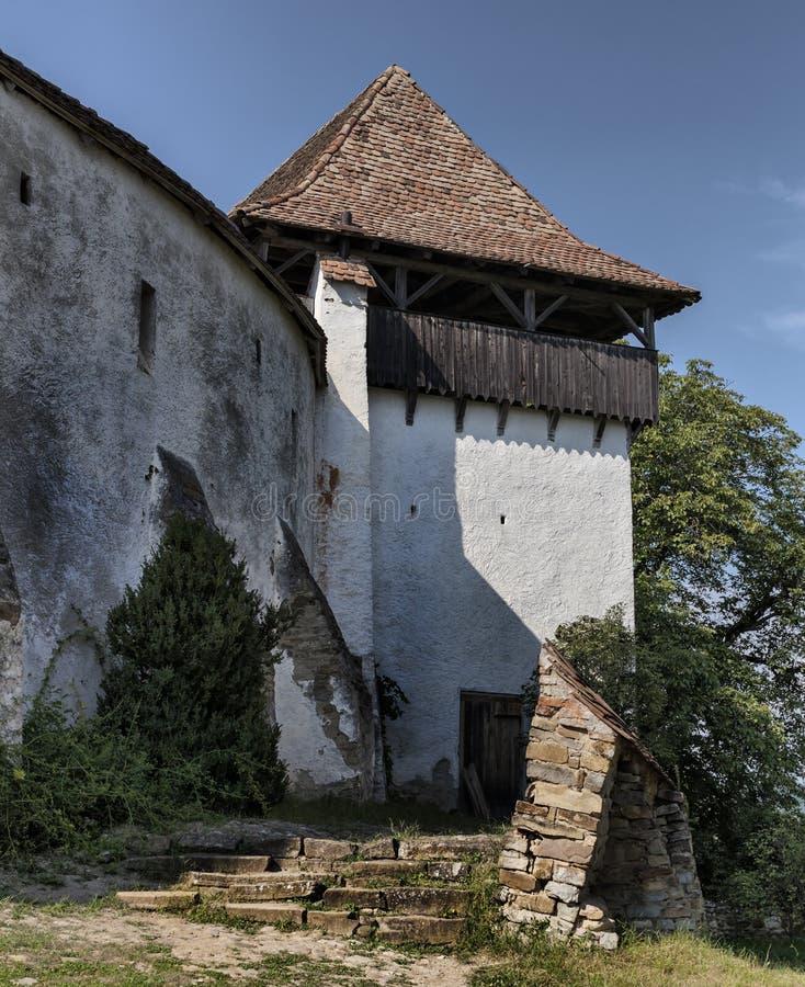 Fassade einer alten mittelalterlichen Kirchenfestung in Viscri, Siebenbürgen, Rumänien stockbild