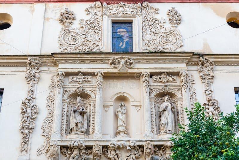 Fassade einer historischen Kirche in Sevilla, Spanien stockfotografie