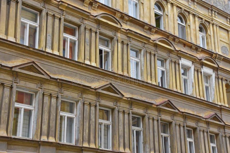 Fassade eines alten Hauses in Prag stockfotos