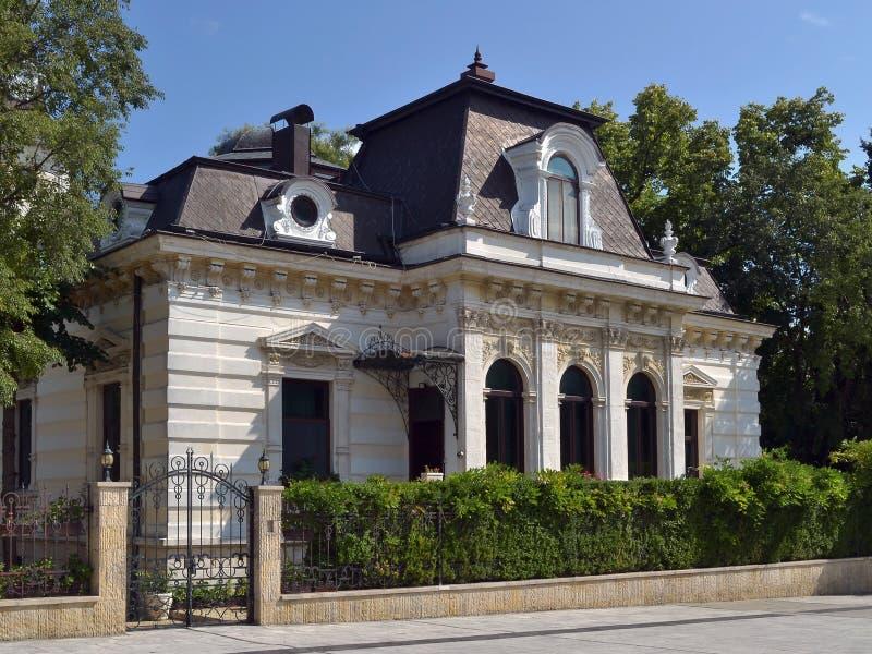 Fassade eines einstöckigen Gebäudes des Ende des 19. Jahrhunderts wird mit Semikolons und Stuckformteil verziert lizenzfreie stockbilder