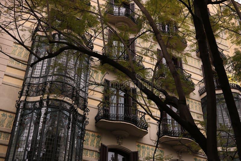 Fassade eines Gebäudes vom Anfang des 20. Jahrhunderts mit Balkonen und Blumendekorationen stockfoto