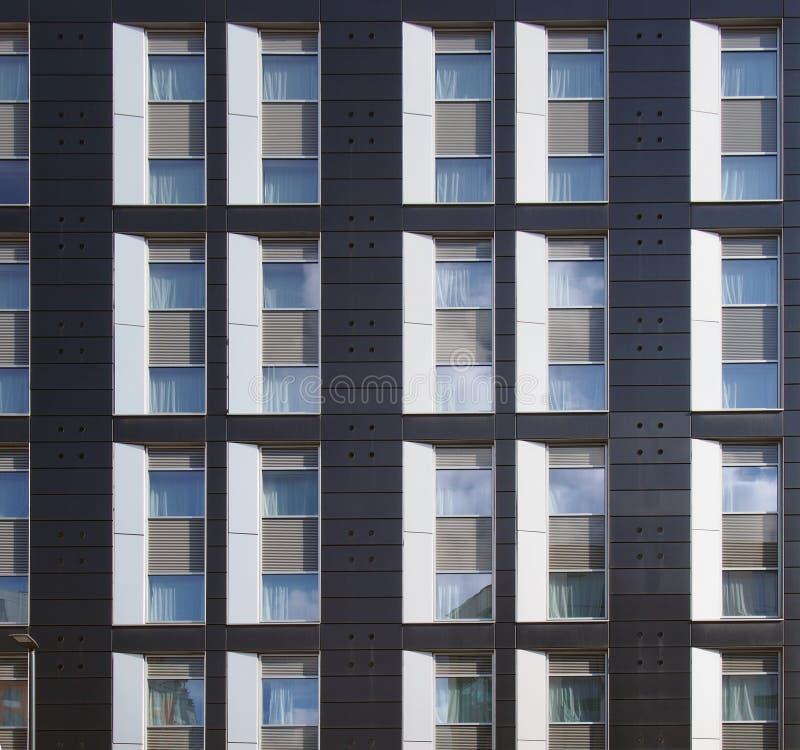 Fassade eines großen modernen Handelsschwarzweiss-gebäudes mit dem Wiederholen von Fenstern und von geometrischen Platten lizenzfreie stockfotos