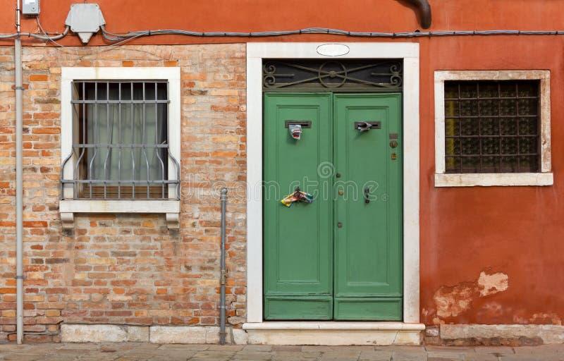 Fassade eines historischen Gebäudes in Venedig stockbild