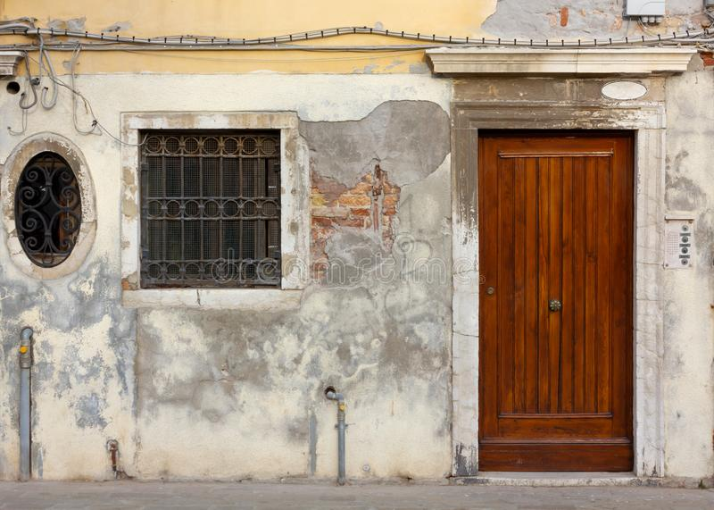 Fassade eines historischen Gebäudes in Venedig lizenzfreies stockfoto