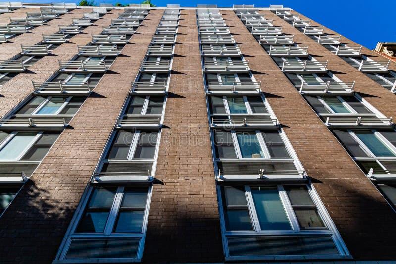 Fassade eines Hochhauses mit ungewöhnlichen Fenstertönen New York City USA stockfoto