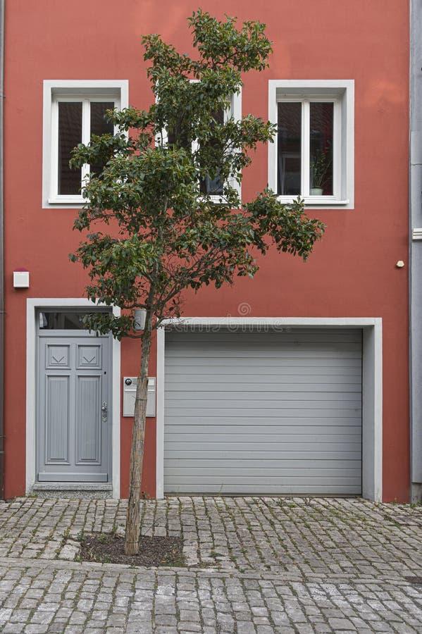 Fassade eines schön erneuerten Hauses mit einem modernen Gespür stockbilder