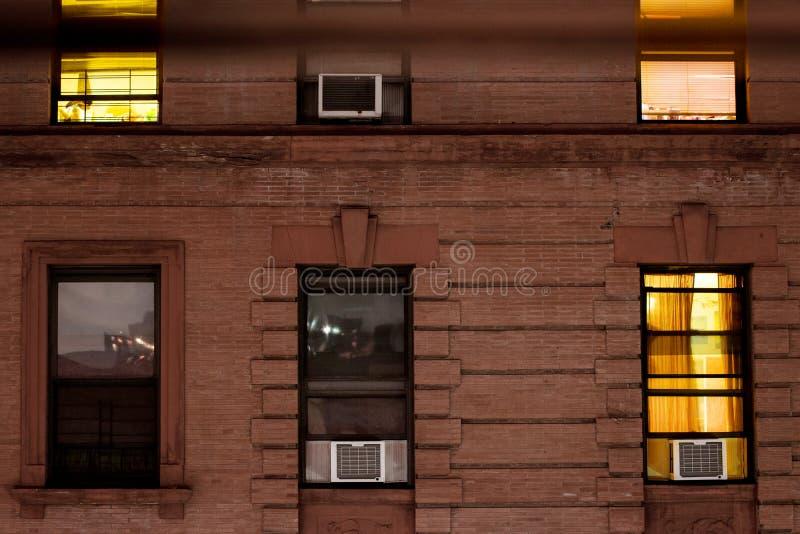 Fassade eines typischen Brownstonewohngeb?udes nachts, in Harlem, New York City, NY, USA lizenzfreies stockfoto