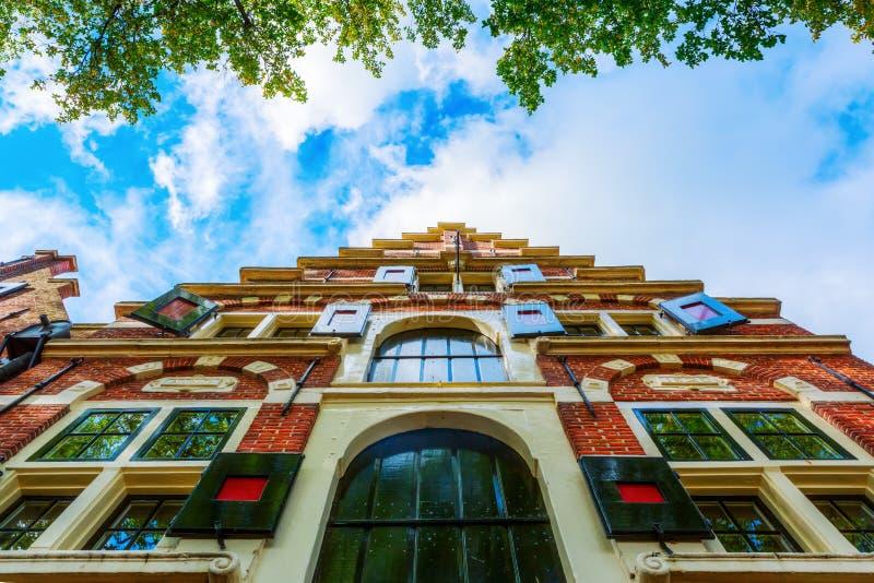 Fassade eines typischen historischen niederländischen Gebäudes lizenzfreie stockfotografie