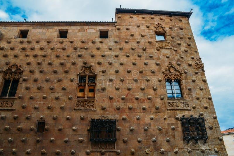 Fassade gotischen Palast zum des 16. Jahrhunderts bedeckt in den symbolischen Muschelmotiven, jetzt eine Ausstellungsraumbiblioth lizenzfreie stockfotografie