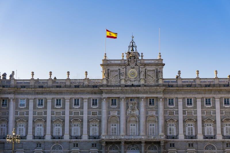 Fassade Madrids, Spanien Royal Palace mit spanischem fahnenschwenkendem lizenzfreie stockfotografie
