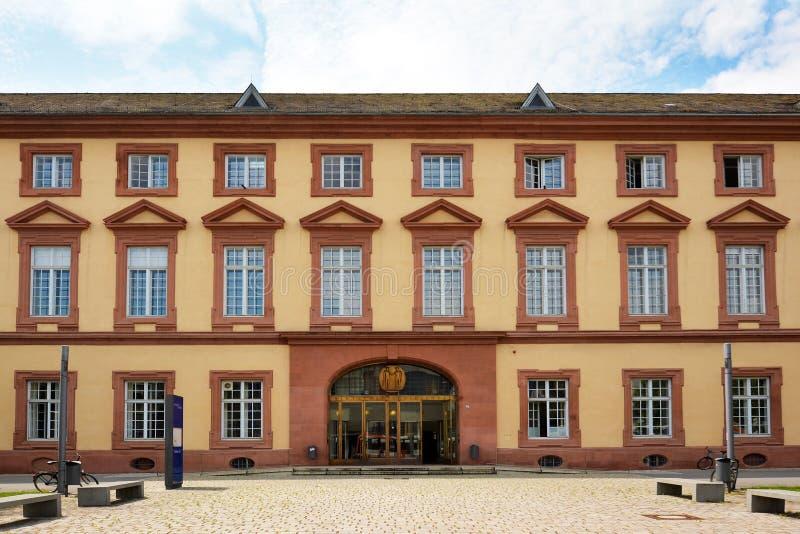 Fassade mit Haupteingang des alten historischen Gebäudes der allgemeinen Forschungsuniversität von Mannheim stockfotos