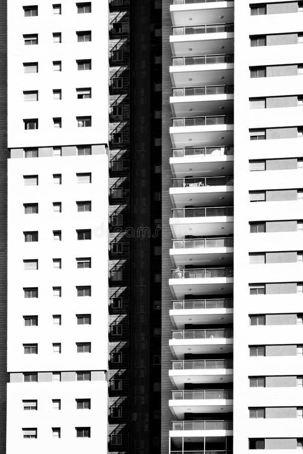 Fassade mit Windows in Folge lizenzfreie stockfotos