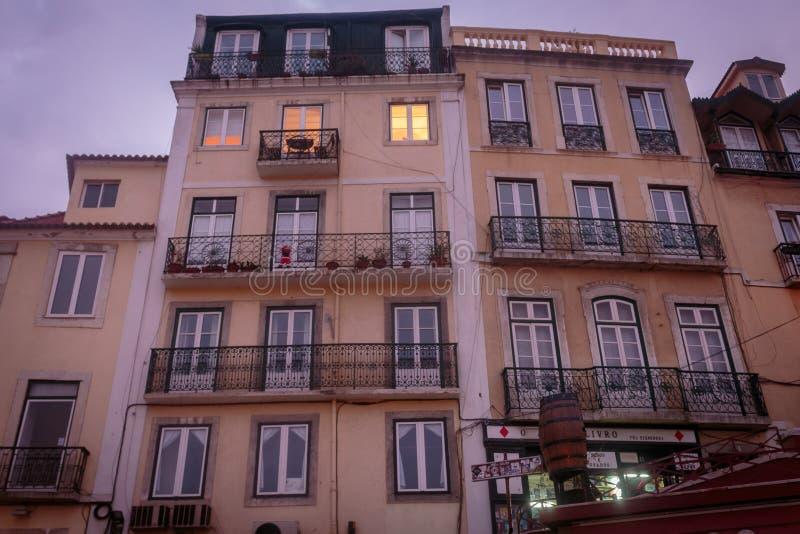 Fassade typisch von den Altbauten von Lissabon stockbild