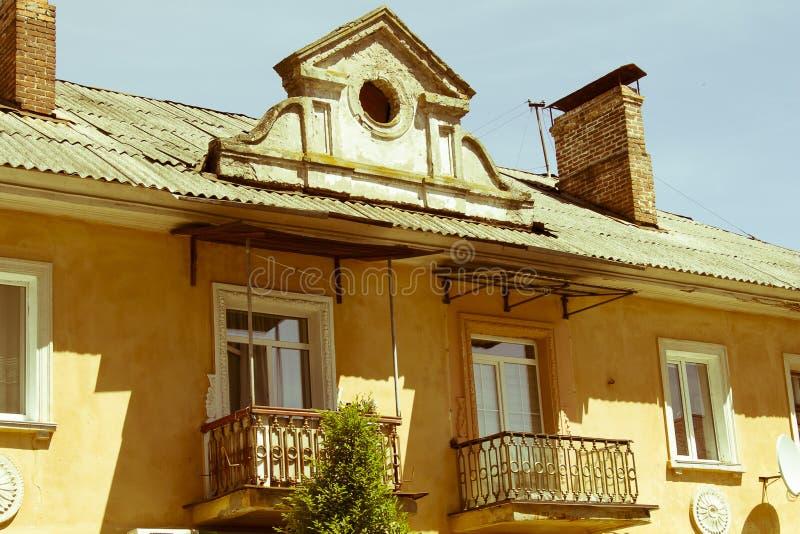 Fassade und Dach des Hauses dachboden giebel stockbilder