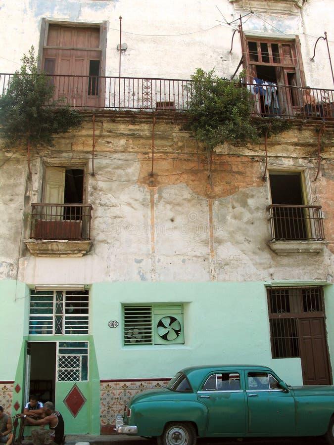 Fassade und Oldtimer stockbilder