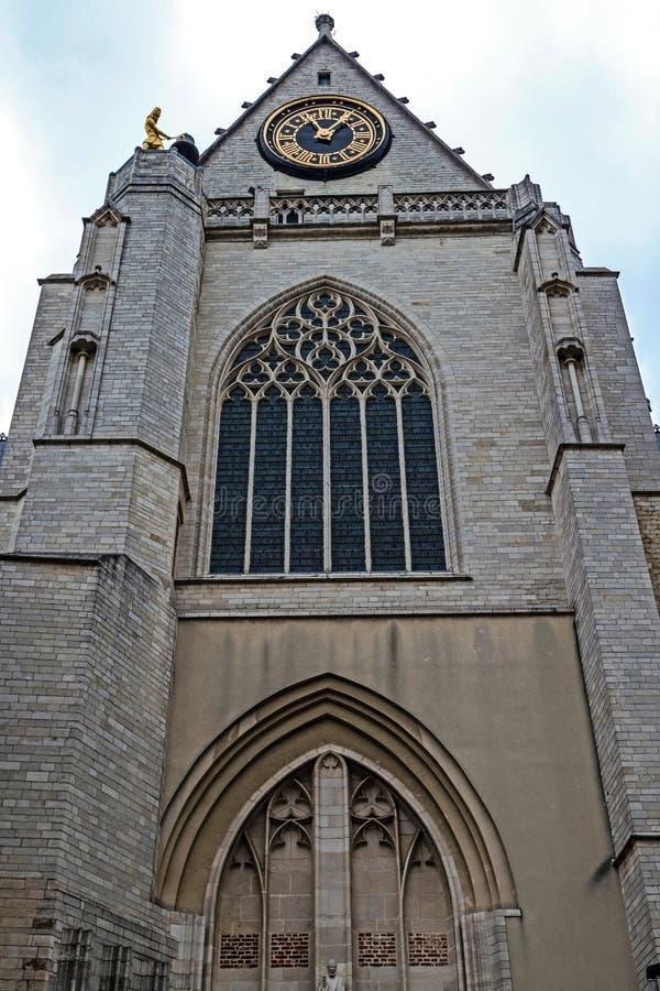 Fassade und Uhr der mittelalterlichen St- Peterskirche in Löwen, stockfotos