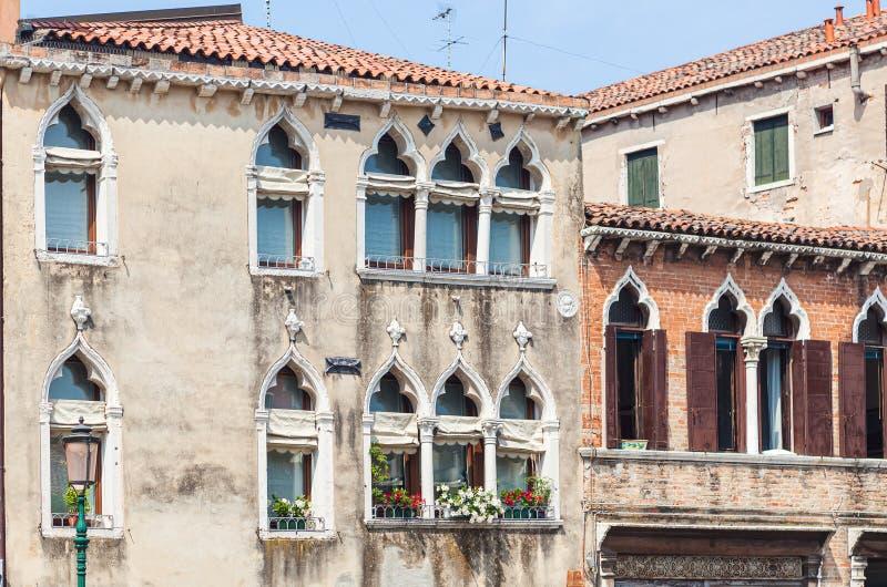 Fassade venezianischer Häuser mit typisch venezianischen Fenstern Venedig, Italien stockfotografie