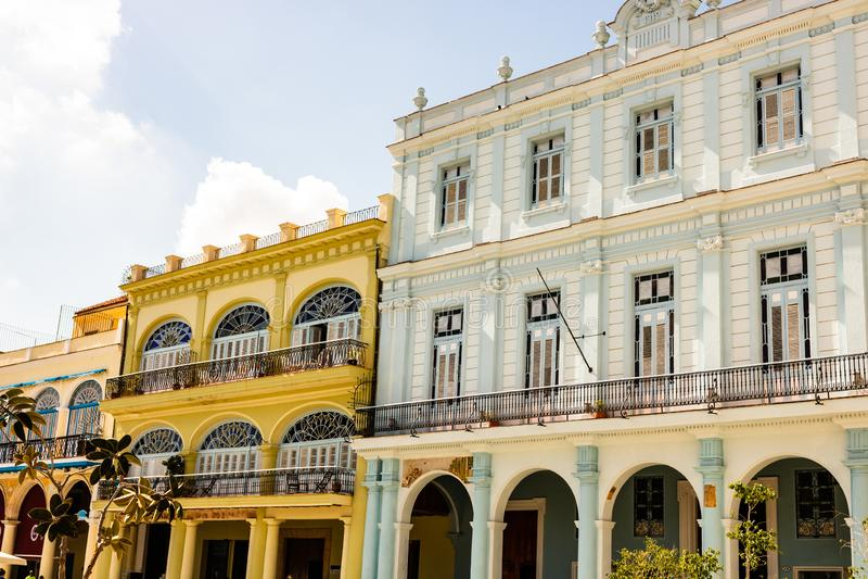 Fassade von alten Kolonialbauten vom zentralen Platz in Havana, Kuba stockfotografie