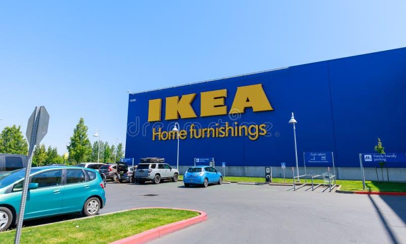 Fassade von IKEA-Speicher in Portland, Oregon OKTOBER: Die Autos, die vor IKEA geparkt werden, speichern am 27 stockbilder