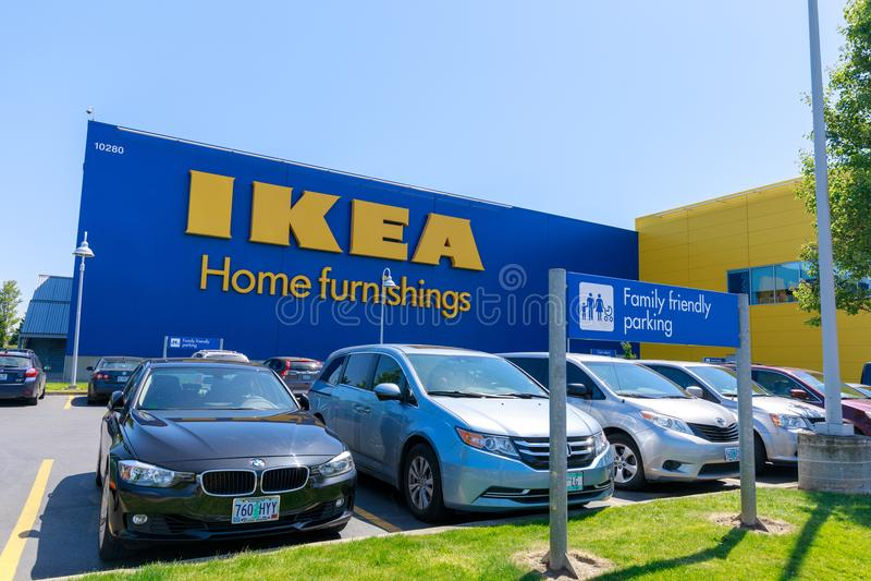 Fassade von IKEA-Speicher in Portland, Oregon OKTOBER: Die Autos, die vor IKEA geparkt werden, speichern am 27 lizenzfreie stockfotos