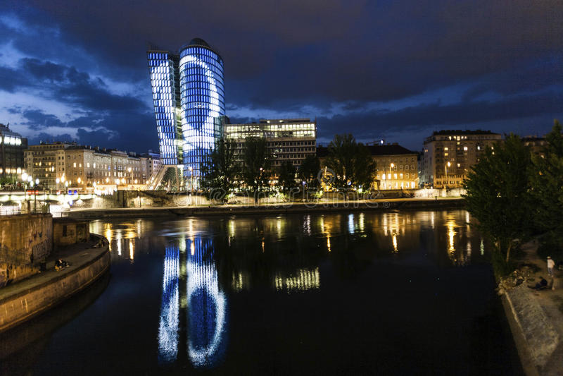 Fassade von uniqua Turm bis zum Nacht stockbilder