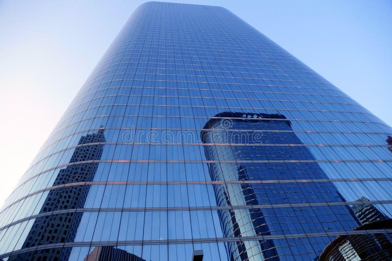 FASSADE-Wolkenkratzergebäude des blauen Spiegels Glas stockbild