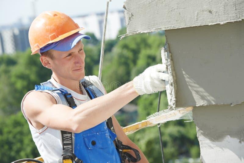 Fassadeerbauer Plasterer bei der Arbeit stockfoto