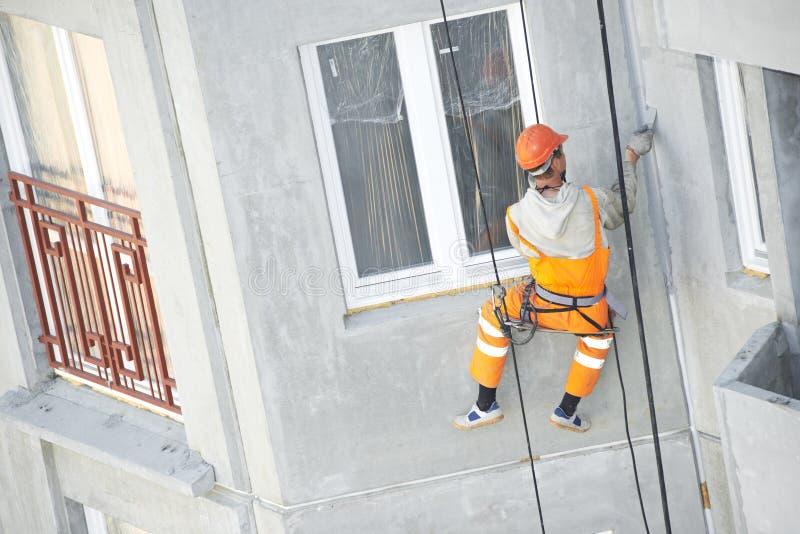Fassaden-Gipserarbeitskraft bei der Arbeit lizenzfreie stockfotografie