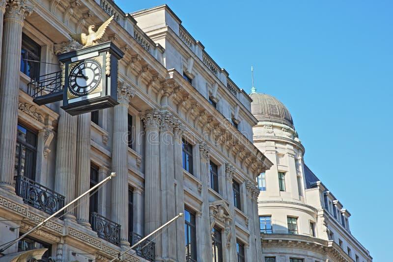 Fassaden von Gebäuden auf König William Street im Finanzbezirk der Stadt von London mit Skulpturen, Carvings und einer Uhr stockbilder