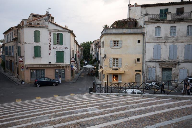 Fassaden von Gebäuden nahe der Arena in Arles frankreich lizenzfreie stockfotografie