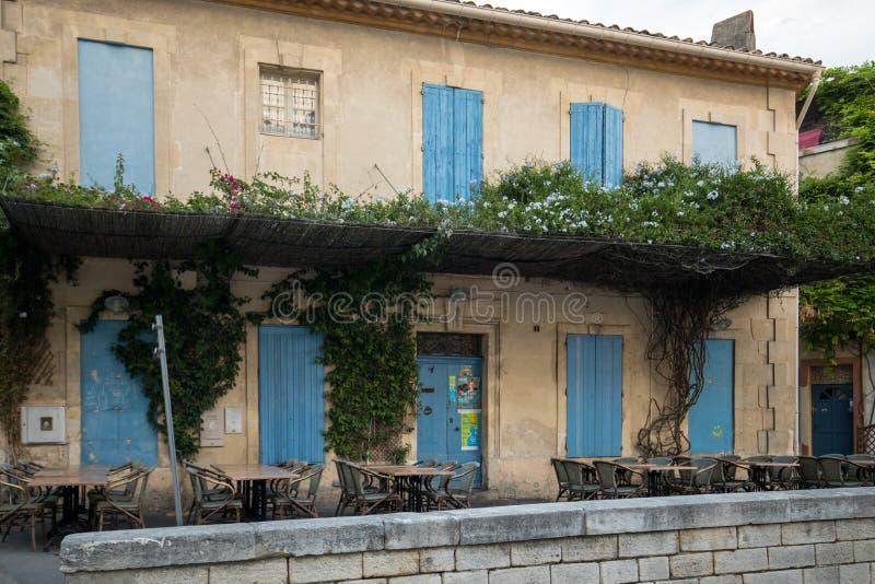 Fassaden von Gebäuden nahe der Arena in Arles frankreich lizenzfreie stockbilder