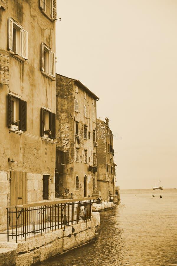 Fassaden von Häusern, stehendes Meerwasser mit hölzernen Fensterläden der alten Stadt Anziehungskräfte im Retrostil, Weinlese ton lizenzfreie stockbilder