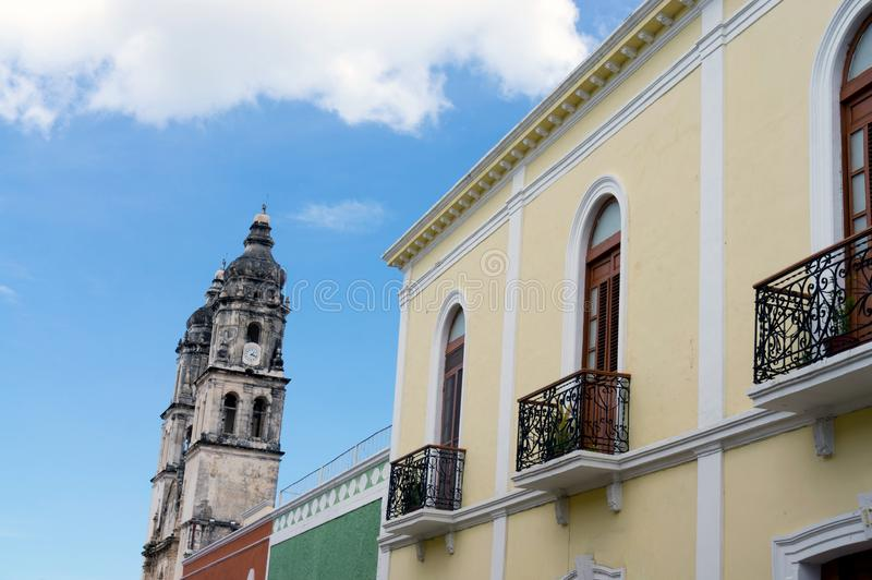 Fassaden von Kolonialbauten in Campeche, Mexiko lizenzfreie stockfotografie