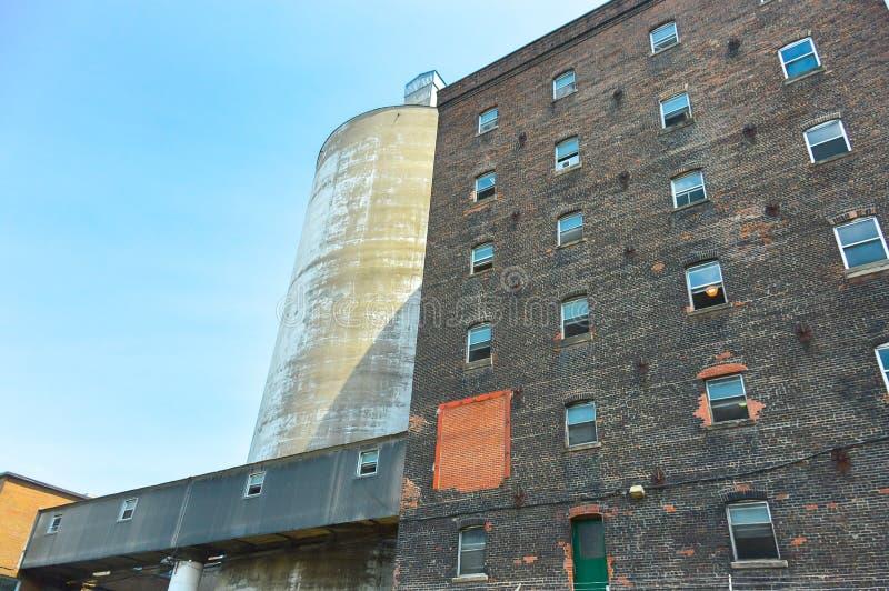 Fassadenansicht der Backsteinmauer und des Fensters des alten Zuckerfabrikgebäudes lizenzfreies stockbild