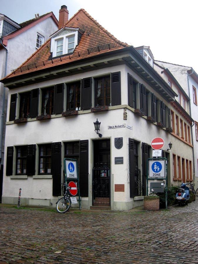 Fassadenecke eines sch?nen und typischen Hauses von Heidelberg-Stadt stockfotos