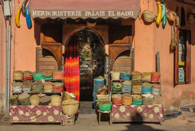 Fassadenkräutershop in Marrakesch mit verschiedenen Taschen am Eingang stockbilder