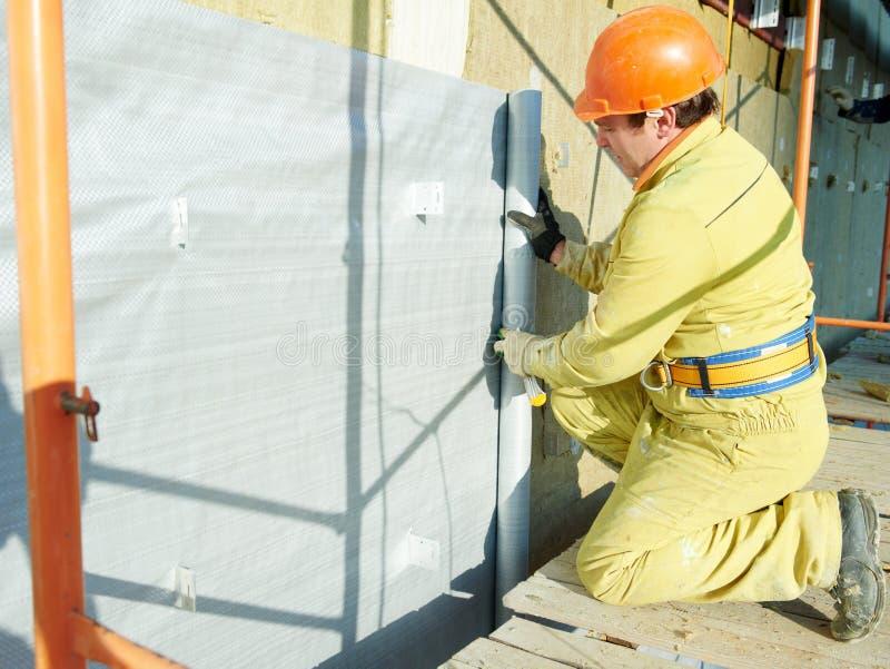 FassadePlasterer bei der Außenisolierungsarbeit stockbild