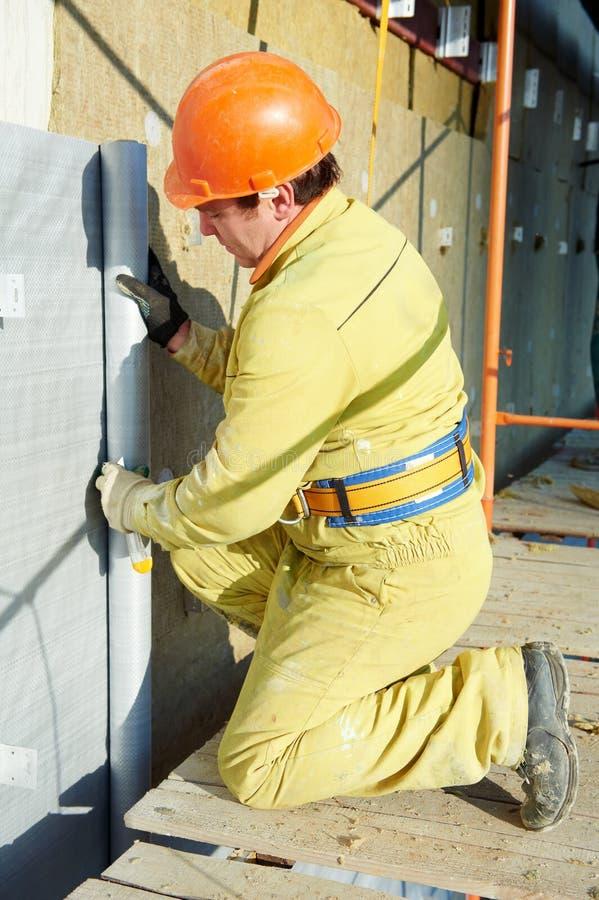 FassadePlasterer bei der Außenisolierungsarbeit stockbilder