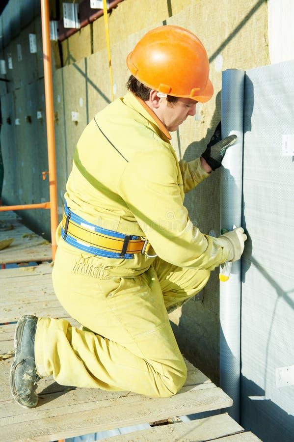 FassadePlasterer bei der Außenisolierungsarbeit stockfoto