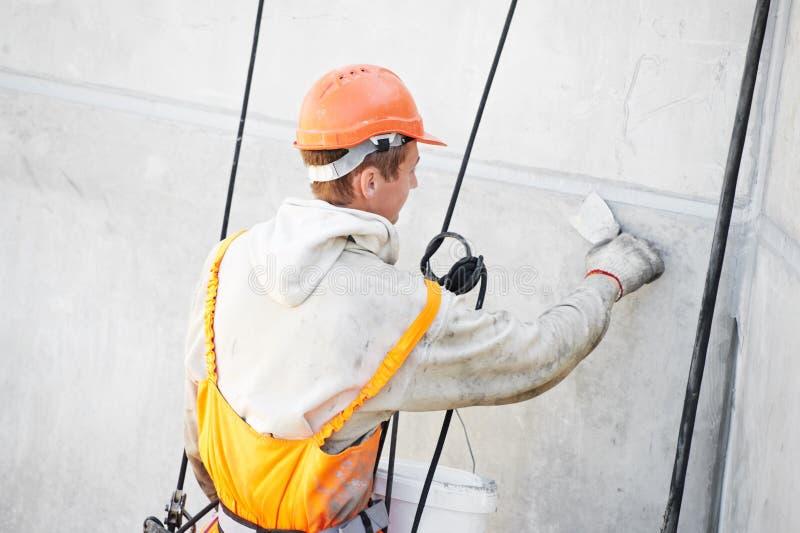 FassadePlastererarbeitskraft bei der Arbeit lizenzfreies stockfoto