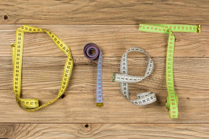 Fassen Sie Diät geschriebene Briefe von Zentimeter auf hölzernem Brett ab lizenzfreie stockfotos
