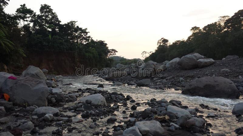 Fast ausgetrockneter guatemaltekischer Fluss stockbilder