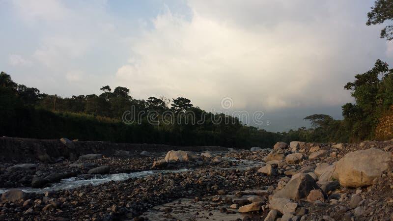 Fast ausgetrockneter guatemaltekischer Fluss lizenzfreies stockbild