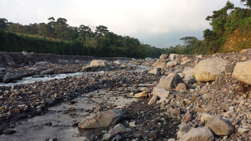 Fast ausgetrockneter guatemaltekischer Fluss lizenzfreie stockfotografie