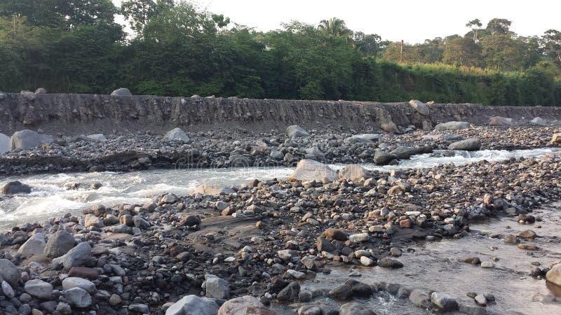 Fast ausgetrockneter guatemaltekischer Fluss lizenzfreie stockbilder
