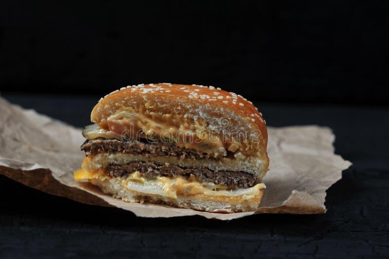 Fast food - corte no meio hamburguer com queijo fotografia de stock royalty free