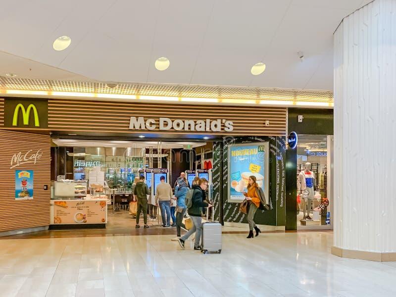 Fast food di McDonalds nel centro commerciale fotografia stock