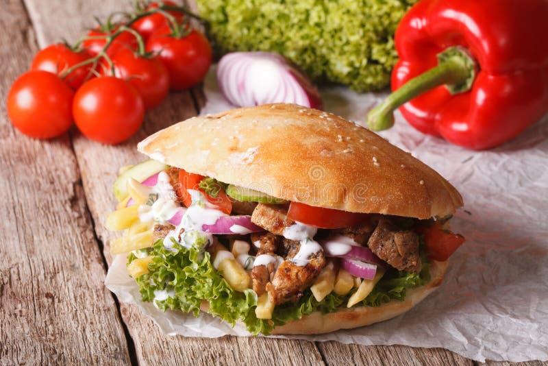 Download Fast Food: Doner Kebab Z Mięsem, Warzywami I Francuzów Dłoniakami, Zdjęcie Stock - Obraz złożonej z grilled, francuz: 57666116