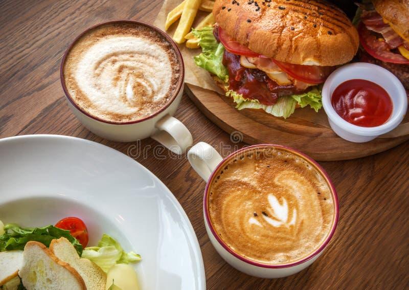 Fast food dwa sałatki i filiżanki kawy fotografia stock