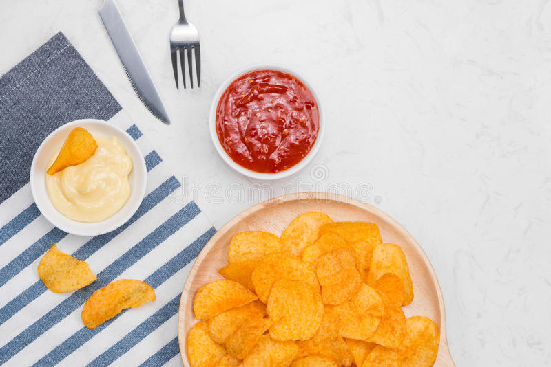 Fast food i niezdrowy łasowania pojęcie - zakończenie up francuz frytki i dłoniaki zdjęcie royalty free
